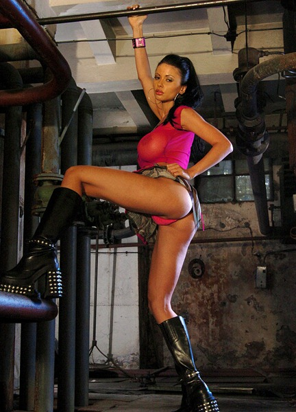 veronica-zemanova-posing-as-a-punk-chick
