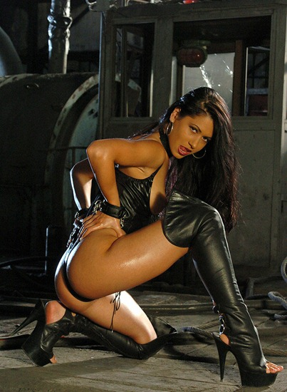 actiongirl-nadine-in-leather-outfit
